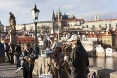 PRAGA, republika czech - GRUDZIEŃ 23, 2015: Fotografia Uliczni muzycy na Charles moscie Obrazy Stock