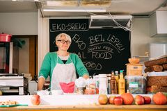 Praga, republika czech Kobieta sprzedawca Sprzedaje Zdrowego Ulicznego jedzenie Obraz Stock