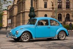 PRAGA, republika czech - KWIECIEŃ 21, 2017: Rocznika Volkswagen Beetle błękitny samochód, parkujący przed Rudolfinum filharmonią Obraz Royalty Free
