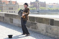 Praga, republika czech - Kwiecień 20, 2011: Uliczny muzyk w Karlov moście obraz royalty free