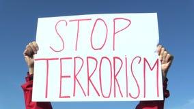 PRAGA, republika czech, LISTOPAD 17, 2016: Demonstracja przeciw terroryzmowi i terrorowi, sztandar przerwy terroryzm, czeski zdjęcie wideo