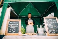 Praga, republika czech Mężczyzna sprzedawca Sprzedaje kanapki ulicy jedzenie Zdjęcie Stock