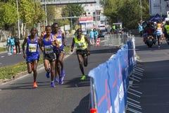 PRAGA, republika czech - 3 2015 MAJ: Grupa biegacze biega na rollover wolkswagena Praga maraton, republika czech Obrazy Stock