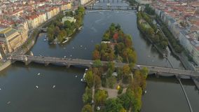 PRAGA, republika czech - MAJ, 2019: Powietrzny pamorama trutnia widok centrum miasta, pejzaż miejski Praga zbiory wideo