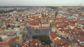 PRAGA, republika czech - MAJ, 2019: Powietrzny pamorama trutnia widok centrum miasta, pejzaż miejski Praga zdjęcie wideo