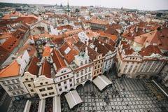 Praga, republika czech - Maj 2016 Widok stary czerwień dach od urzędu miasta i rynek Zdjęcia Stock