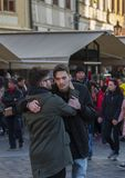 Praga, republika czech - Marzec 15 2017: Dwa mężczyzny obejmują each inny fotografia royalty free