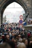 Praga, republika czech - Marzec 10th 2018: tłum ludzie na Charles moście obrazy royalty free