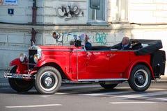 PRAGA, republika czech - Oct 24 2015: Czerwony Praga samochód używać dla zwiedzających wycieczek turysycznych w ulicach Praga , r Fotografia Royalty Free