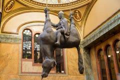 Praga republika czech - pałac lucerny St Wenceslas na wywróconym koniu David Cerney ` s parodia Marzec 2017 rzeźba obrazy royalty free