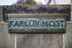 Praga, republika czech - Październik, 6, 2017: Mosiądza imienia znak t Zdjęcie Stock