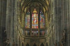 Praga; Republika Czech; Październik 18, 2017; St Vitus Katedralny wnętrze z witrażem w tle obrazy royalty free