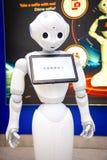 Praga, republika czech - 01 02 2019: Robota konsultant z cyfrową pastylką w Praga lotnisku Robot robi zdjęcie stock