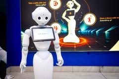 Praga, republika czech - 01 02 2019: Robota konsultant z cyfrową pastylką w Praga lotnisku Robot robi zdjęcie royalty free