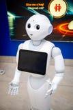 Praga, republika czech - 01 02 2019: Robota konsultant z cyfrową pastylką w Praga lotnisku Robot robi obraz royalty free