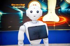Praga, republika czech - 01 02 2019: Robota konsultant z cyfrową pastylką w Praga lotnisku Robot robi obrazy stock