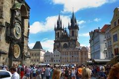 PRAGA, republika czech - SIERPIEŃ 23, 2016: Ludzie kibel i chodzić Zdjęcia Royalty Free