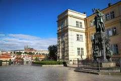 PRAGA, republika czech - SIERPIEŃ 23, 2016: Ludzie kibel i chodzić Zdjęcie Royalty Free