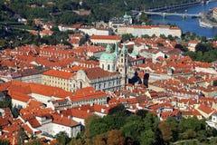 Praga, republika czech - Sierpień 24, 2016: Dachy, domy i t Obrazy Stock