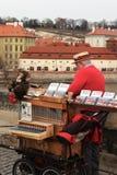 Praga, republika czech, Styczeń 2013 Uliczny muzyk na Charles moście w nowy rok wakacjach zdjęcie stock