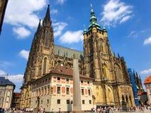 Praga, republika czech - turyści odwiedza Świątobliwą Vitus katedrę Zdjęcia Stock