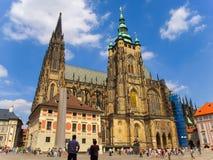 Praga, republika czech - turyści odwiedza Świątobliwą Vitus katedrę Obrazy Royalty Free