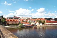 Praga, republika czech, widok Praga kasztel i Vltava rzeka Charles Przerzuca most fotografia stock