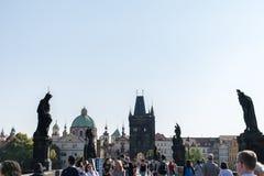 Praga, republika czech - Wrzesień 10, 2019: Charles most tłoczący się z turystami w ciągu dnia fotografia stock