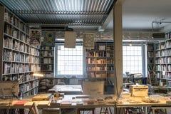 Praga, republika czech - Wrzesień 10, 2019: przestronny biuro pełno książki przy DOX, Praga dzisiejsza ustawa galeria zdjęcie stock
