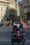 Praga, republika czech - Wrzesień 10, 2019: Sprzedawca uliczny kobieta z souvernirs samochodem sprzedaje remenbrances w starym zdjęcie royalty free