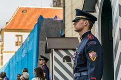 Praga, republika czech - Wrzesień, 18, 2019: Strażnicy gwardie honorowe przy pałac prezydenckim w Praga kasztelu zdjęcia royalty free