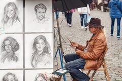 Praga, republika czech - Wrzesień 27, 2014: Uliczny portreta malarz i przykłady jego sztuka rysująca z ołówkiem Zdjęcia Stock