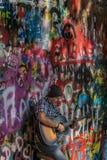 Praga, republika czech - Wrzesień 10, 2019: Uliczny Busker wykonuje Bitelsi piosenki przed John Lennon ścianą dalej obraz royalty free
