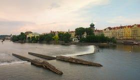 Praga, riverbank en el Vtlava Imagen de archivo libre de regalías