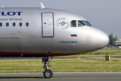 PRAGA - Sierpień 18, 2012: Aeroflot Aerobus A320-214 taxi teminal przy PRG lotniskiem na Sierpień 18, 2012 Fotografia Stock
