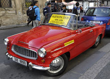 Praga, Sierpień 29: Rocznika samochód dla Zwiedzających wycieczek turysycznych Praga w republika czech Zdjęcia Stock