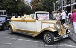 Praga, Sierpień 29: Rocznika samochód dla Zwiedzających wycieczek turysycznych Praga w republika czech Obraz Royalty Free