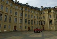 Praga, stolica republika czech - Praga kasztelu strażnicy obrazy royalty free