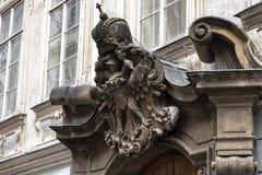 praga Stucco sotto forma di stemma di Praga sopra l'entrata al monumento storico fotografia stock libera da diritti
