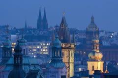 Praga torreggia su al crepuscolo Fotografie Stock Libere da Diritti