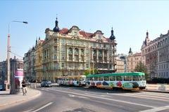 Praga, tranvía colorida monta a lo largo de la costa Fotografía de archivo libre de regalías