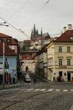 Praga ulica w wigilię nowego roku Gocka architektura, kościół i domy, obraz stock