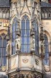 Praga urzędu miasta okno z rzeźbami Zdjęcie Royalty Free