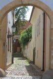 Praga - via stretta vicino al castello di Praga Immagine Stock Libera da Diritti