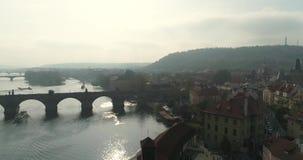 Praga, voo sobre a cidade, vista superior, opinião superior Charles Bridge, rio de Vltava vídeos de arquivo