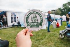 Praga, Wrzesień 23, 2017: Świętować tradycyjnego Niemieckiego piwnego festiwal Oktoberfest w republika czech dziewczyna 2th lat c Zdjęcie Royalty Free