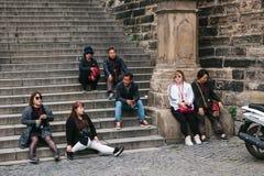 Praga, Wrzesień 21, 2017: Firma Azjatyccy turyści jest zmęczona po wycieczki turysycznej i odpoczywa na schodkach Obraz Stock