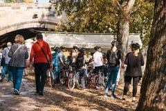 Praga, Wrzesień 29, 2017: Grupa turyści na bicykli/lów lub sportowów spojrzeniu przy miasto architekturą obok Fotografia Stock