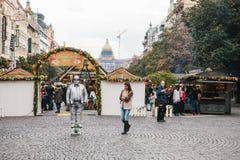Praga, Wrzesień 25, 2017: Mężczyzna statuą rozrywki turyści głównym placu który w dla być udaje Zdjęcie Royalty Free