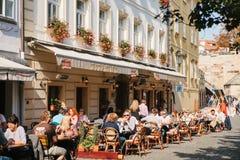 Praga, Wrzesień 29, 2017: Popularna uliczna kawiarnia blisko Charles mosta Tutejsi mieszkanowie i turyści odpoczywają, jedzą, i Zdjęcie Royalty Free